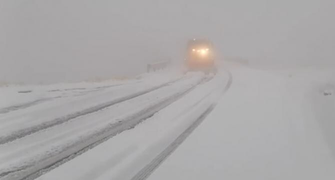 Strat de zăpadă de 10 centimetri pe Transfăgărășan  /  Sursă foto: Facebook Directia Regionala de Drumuri si Poduri Brasov