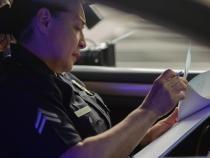 Pexels / Un șofer a fost amendat după ce camera video a confundat tricoul unei femei cu o plăcuță de înmatriculare