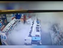 O femeie a dat foc unui raft cu produse într-un mall din Capitală / Foto: Caprură video Realitatea Plus