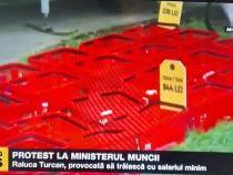 Protest la Ministerul Muncii. Provocare pentru Raluca Turcan: Să trăiești cu salariul minim!