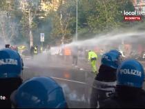Proteste masive în Trieste, Italia, împotriva certificatului verde Covid. Ciocniri violente între manifestanți și polițiști / Captură VIDEO