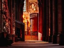 Un episcop catolic a renunțat la preoție pentru se căsători civil cu o scriitoare de cărți despre satanism / Video