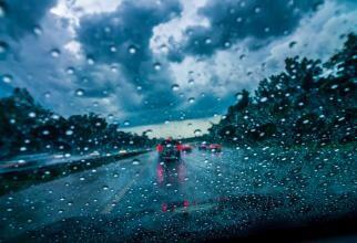 Reguli esenţiale pentru şofatul pe timp de ploaie. Titi Aur: Riscul este mai mare, deci trebuie să luăm măsuri suplimentare