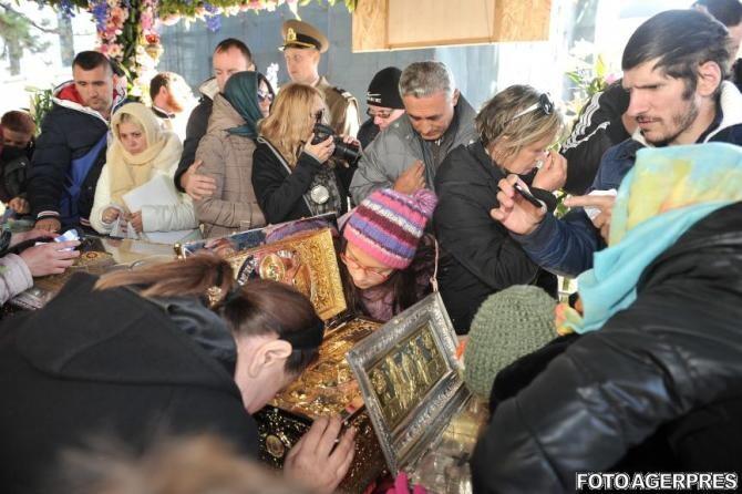 A început pelerinajul de la Iași. Racla Sfintei Parascheva, alături de racla cu moaștele Sfântului Gheorghe scoase spre închinare
