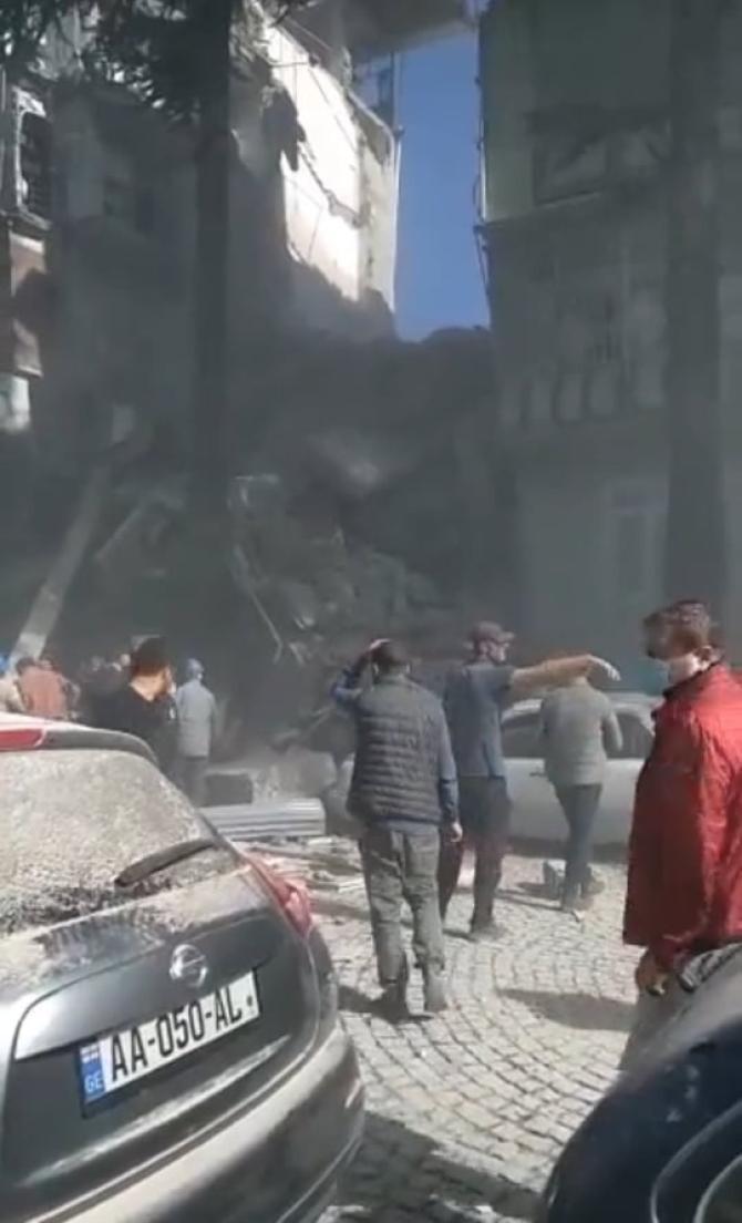 Un bloc din Georgia s-a prăbușit din senin. Au fost găsiți doar 3 supraviețuitori / Foto: Captură video Twitter