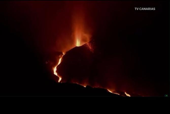 Blocuri de LAVĂ de mărimea unei CLĂDIRI, expulzate de vulcanul de pe insula La Palma / Foto: Captură video Youtube Reuters