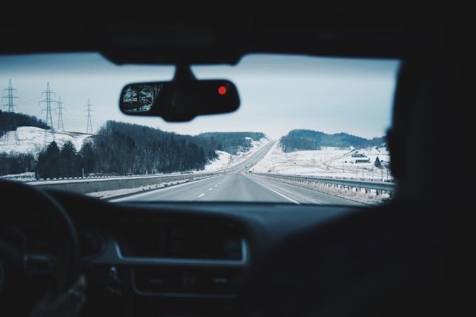 """Titi Aur, sfaturi vitale pentru șoferi. Cum conduci în siguranță iarna.  """"Toate testele au arătat că nu există un cauciuc bun și iarna, și vara"""" / Foto: Pixabay"""