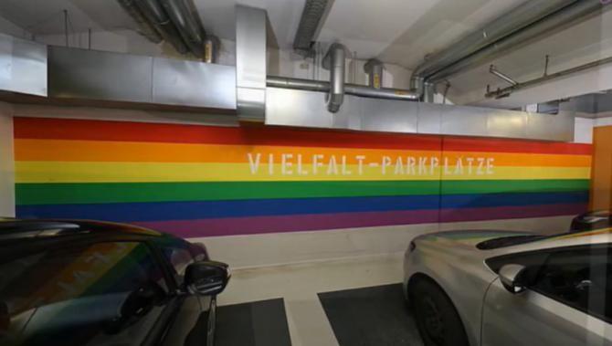 O parcare din Germania introduce spații de diversitate pentru șoferii LGBT și migranți   /   Sursă foto: Captură YouTube