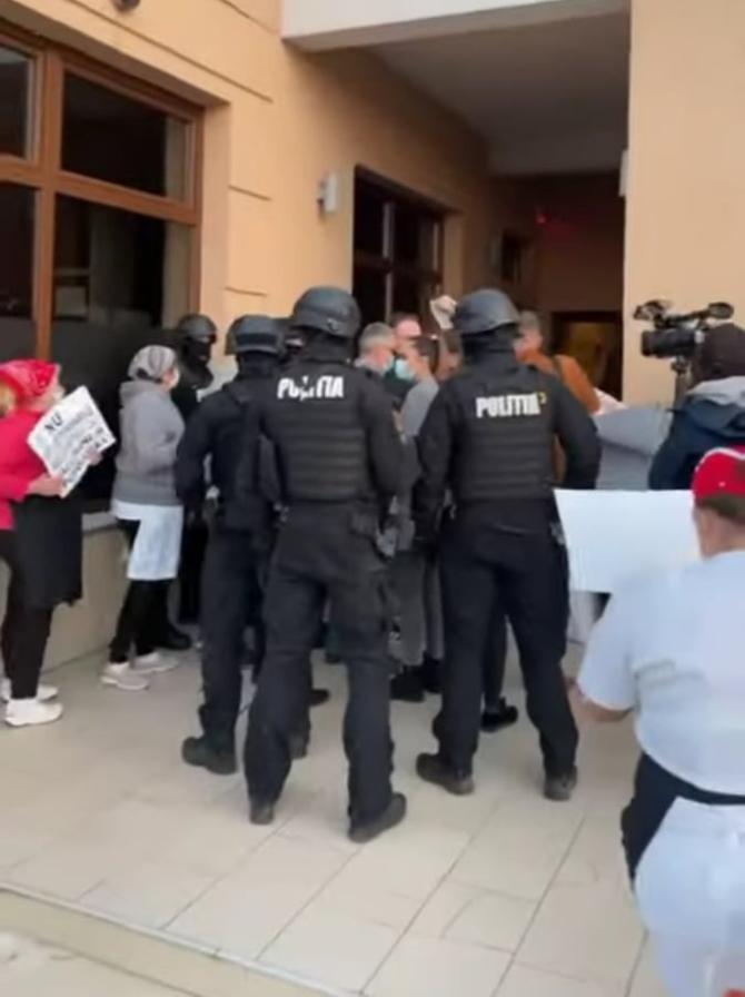 Zeci de oameni au protestat în faţa unui restaurant după ce mascații le-au oprit nunta / Foto: Captură video Youtube