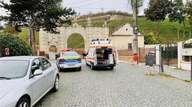 """foto alba24.ro/Un adolescent a intrat cu bicicleta, în plin, în zidul Porții I a Cetății din Alba Iulia. """"Era pe jos, plin de sânge"""". A fost dus la spital"""